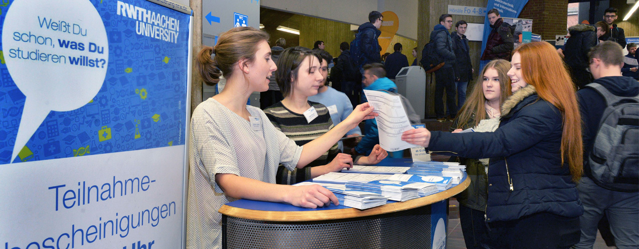 Female pupils getting advice at RWTH Aachen